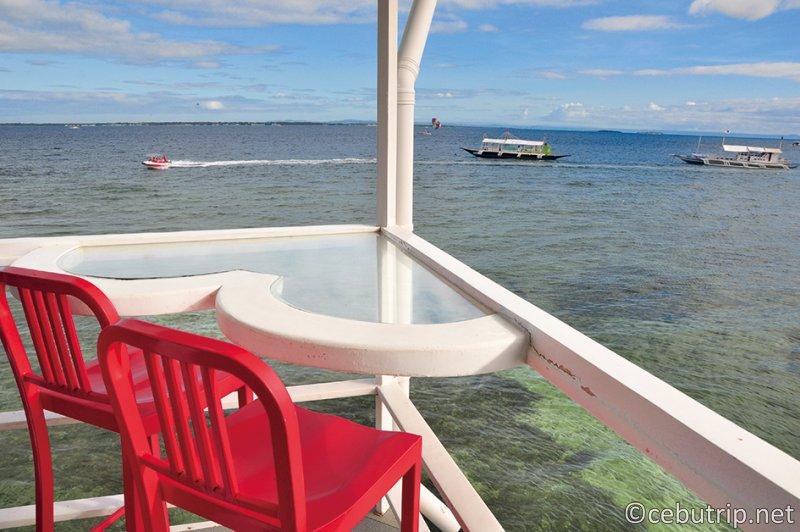 マクタン島ハドソンビーチに浮かぶ ロマンティックな水上レストラン「GG BLUE」