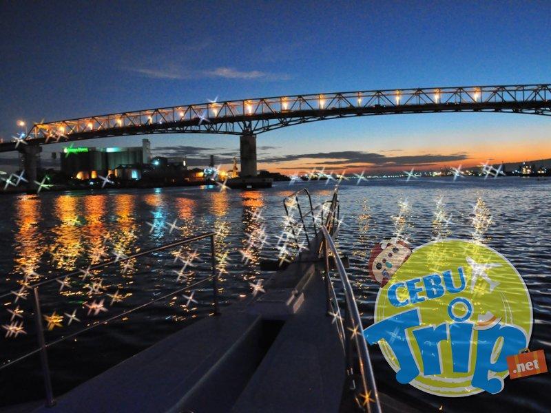 船上から見たマクタンブリッジの夜景